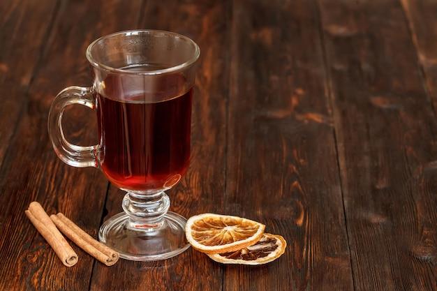 コンポートまたは紅茶、フルーツ成分、乾燥オレンジ、シナモン。コピースペース