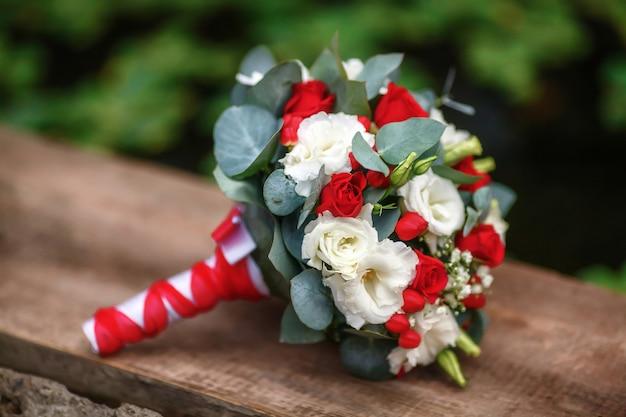 赤と白のバラのウェディングブーケ