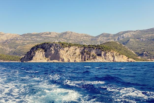 Синее море поверхность с брызги волн, вид с корабля