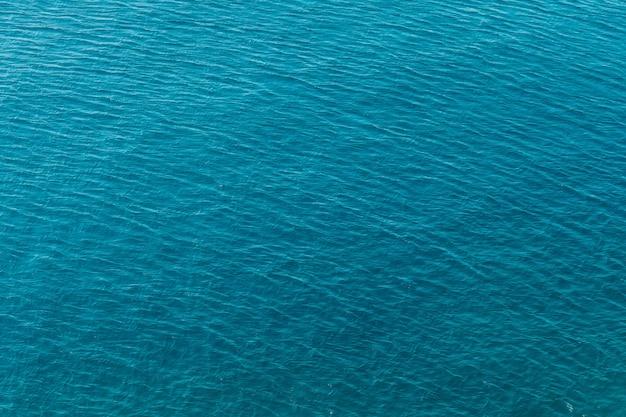 Синее море поверхность с волнами с высоты птичьего полета