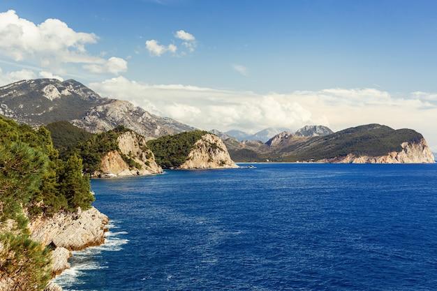 海と山の景色。モンテネグロのペトロヴァックナモル