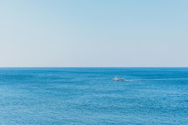 Лодка на поверхности синего моря