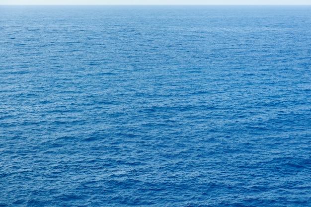Синее море поверхность с волнами