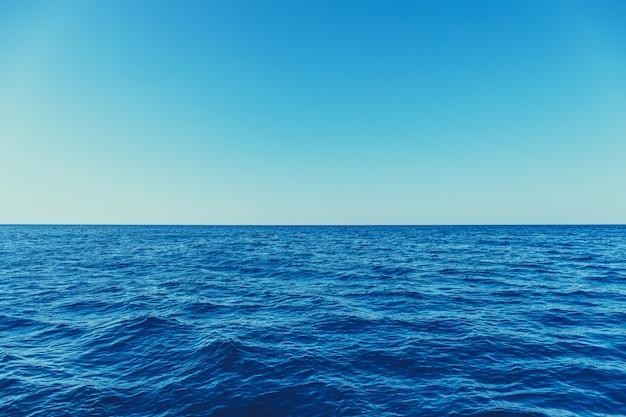 Синее море поверхность с волнами и горизонтом