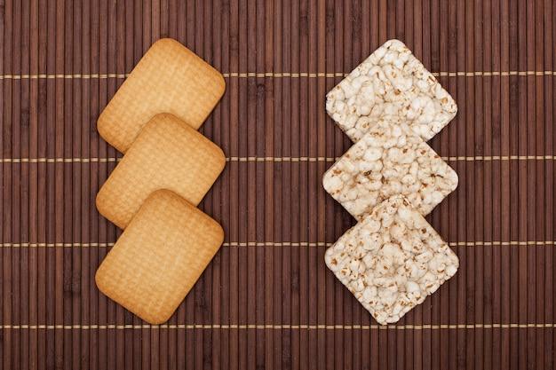 Хрустящие ржаные сухарики против печенья, концепция здоровья