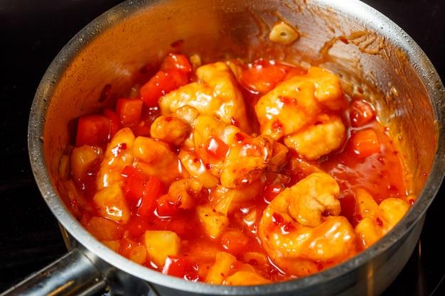中国の甘酸っぱいフライドチキンの調理プロセス