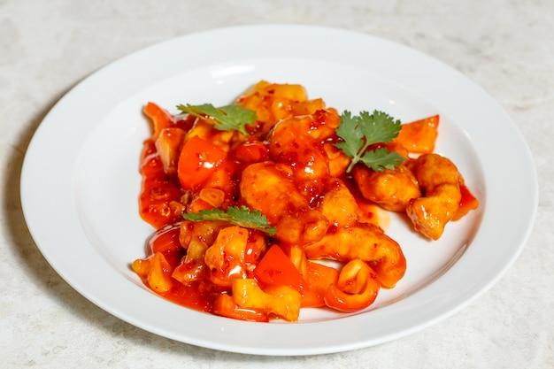 中華料理、プレートの甘酸っぱいフライドチキン