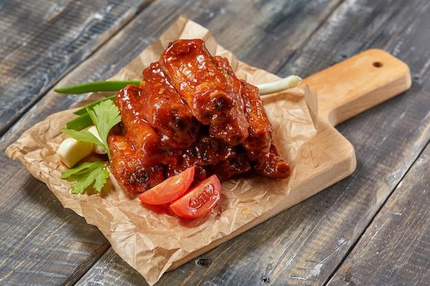 Жареные свиные ребрышки с соусом и карамелизированными в мёде