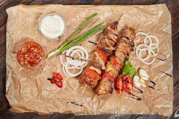 ソースと野菜の豚肉ケバブ