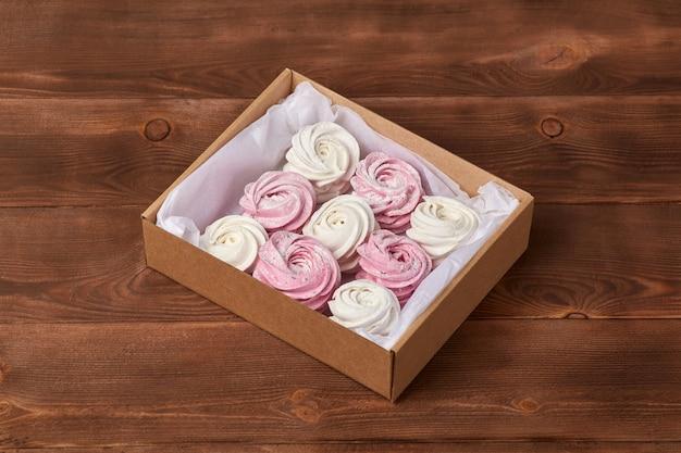 Розовый сладкий домашний воздушный зефир или зефир