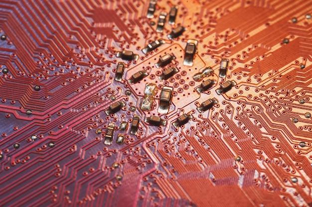コンピューターの赤い電子マイクロ回路コンセプトサーフェス