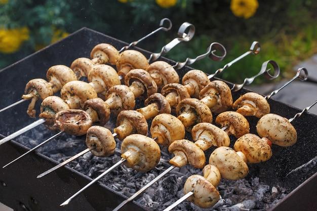 火鉢でシャンピニオンキノコケバブのグリルとバーベキュー串