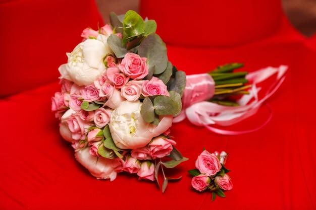 Красивый пион и свадебный букет роз