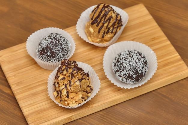 Конфеты с кокосовым и шоколадным топингом