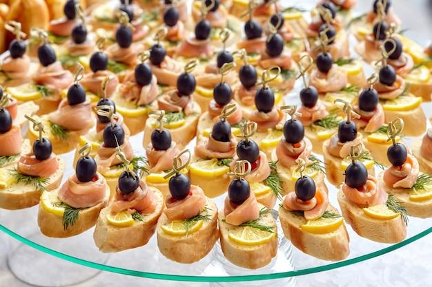 Питание канапе с оливками, лимоном и лососем