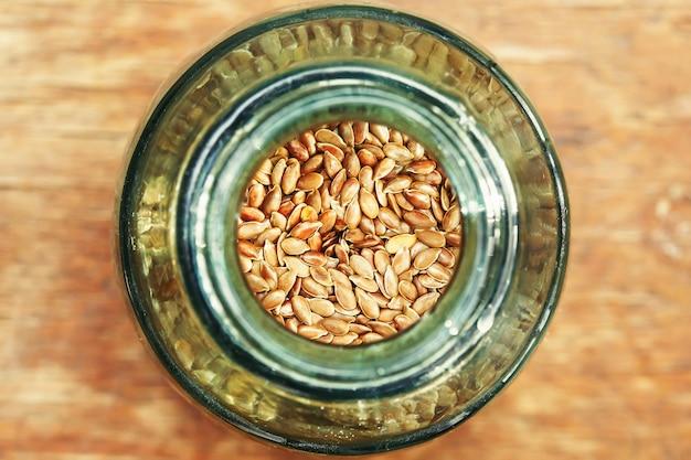 水差しの茶色の亜麻の種子