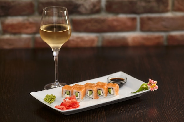 フィラデルフィア巻き寿司、サーモン、チーズクリーム、キュウリ添え