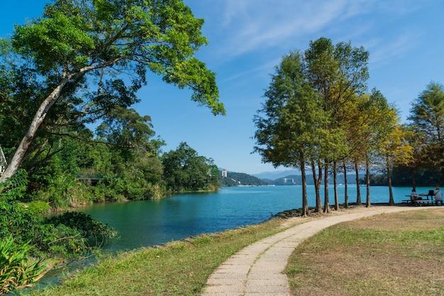 晴れた日の湖の眺め。
