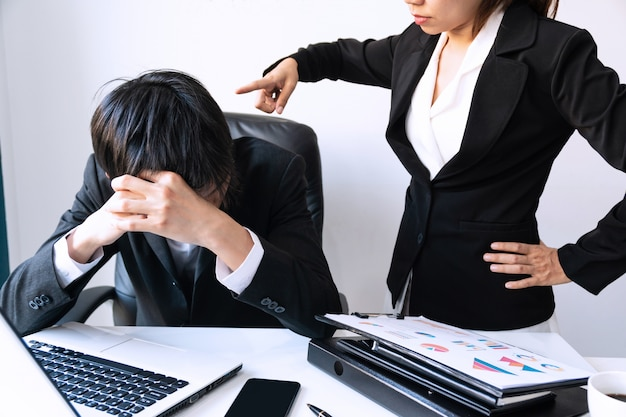 怒っている上司は、欲求不満の動揺している男性の部下、不満のある雇用主を解雇します。