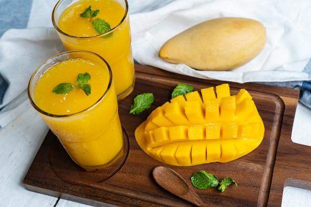 マンゴーとグラスで爽やかで健康的なマンゴーのスムージー