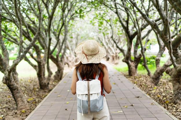 アジアの女性は公園に散歩に行きます。