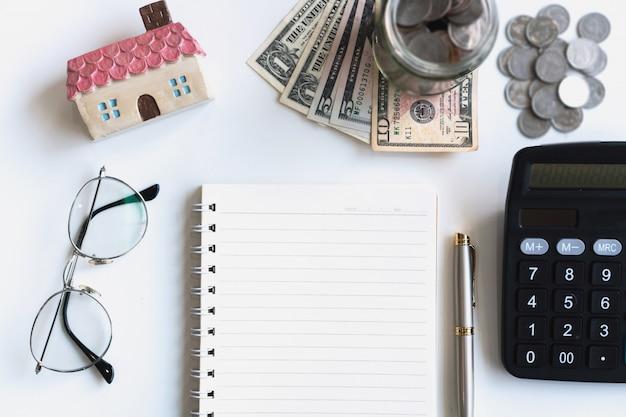 机の上のノート、お金、電卓
