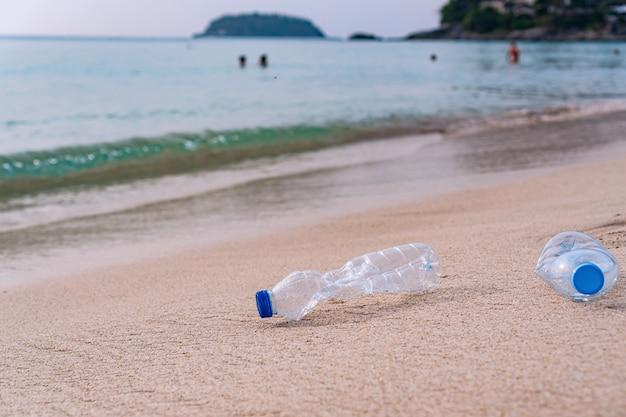 Пластиковые бутылки были оставлены на пляже