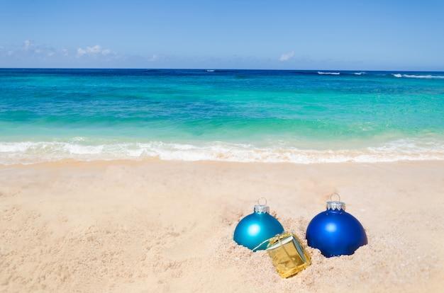 クリスマスボールと熱帯のビーチ