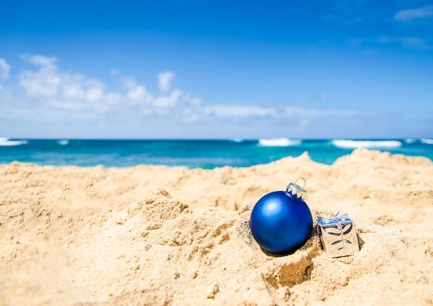 青いクリスマスボールと熱帯のビーチ