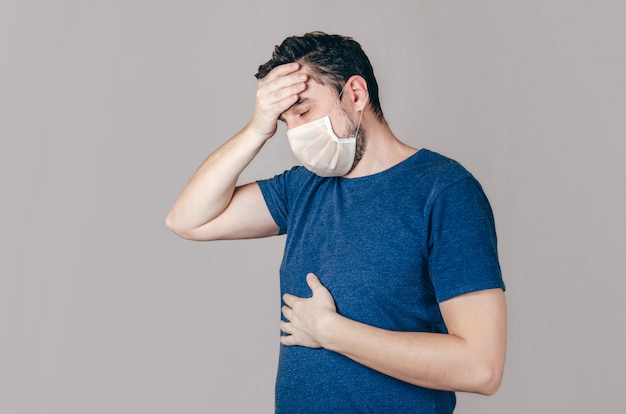 Самец в маске для лица чихает