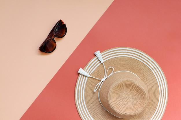 Летняя соломенная шляпа на красный и розовый