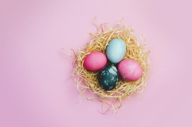 イースターエッグとピンクの背景に卵と寄り添う