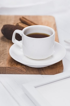 Чашка кофе с анисом, корицей и сладостями