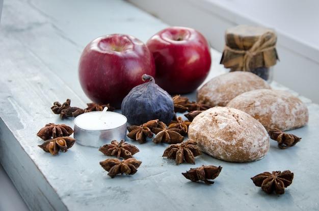 秋のデコレーション。リンゴ、アニス、キャンドル