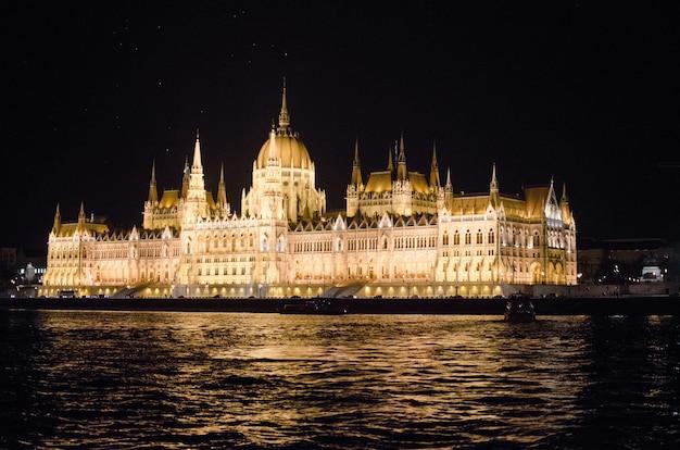 夜、ハンガリーのブダペストの州議会