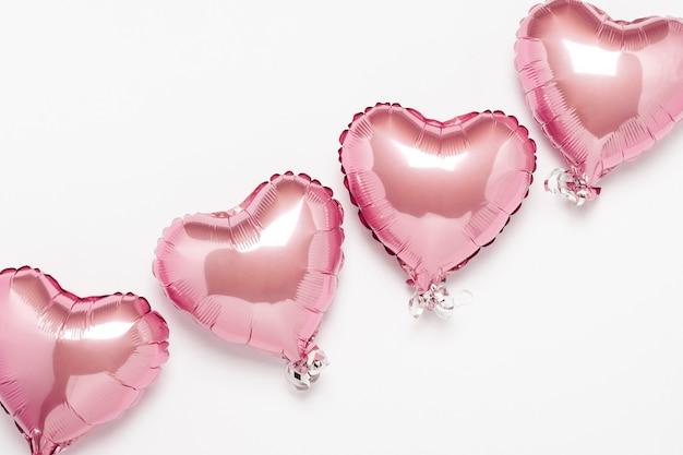 Розовая форма сердца воздушных шаров на белой поверхности. концепция свадьбы, день святого валентина, фотозона, влюбленные. , плоская планировка, вид сверху