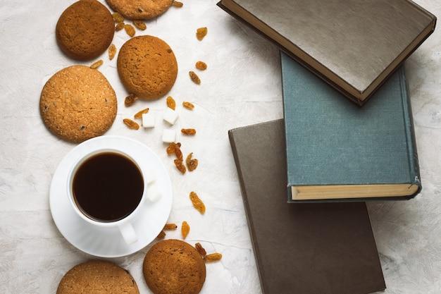 Домашнее овсяное печенье и книги на легкой бетонной поверхности. студенческие будни