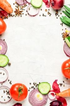 品揃え新鮮な有機野菜散りばめられた白い背景自然カントリースタイルマーケットのコンセプト地元の庭園正方形の形に並んでいます