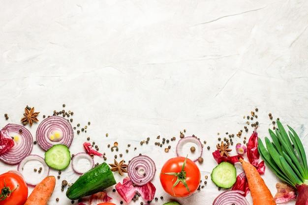 品揃え新鮮な有機野菜が白い背景に散在自然カントリースタイルマーケットコンセプトローカルガーデン