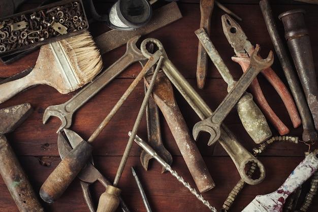 Рабочий инструмент на темной деревянной поверхности. день отца концепция
