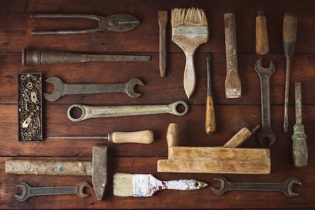 Рабочий инструмент на темной деревянной поверхности. концепция день отца. плоская планировка, вид сверху