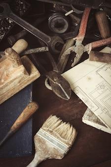 Старинный инструмент на старый темный деревянный стол. день отца концепция