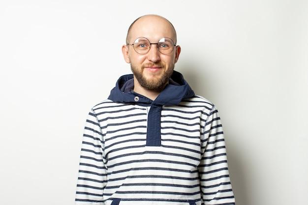 Портрет молодой человек с бородой в очках куртка с капюшоном на белом фоне.