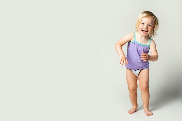 美しいかわいい赤ちゃんの笑顔、ダンス、想像