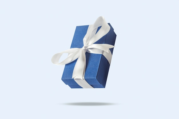 水色の表面に飛んでいるギフトボックス。休日の概念、ギフト、販売、結婚式、誕生日。 。