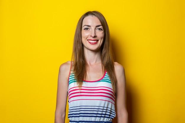 縞模様のドレスでフレンドリーな笑顔の若い女性