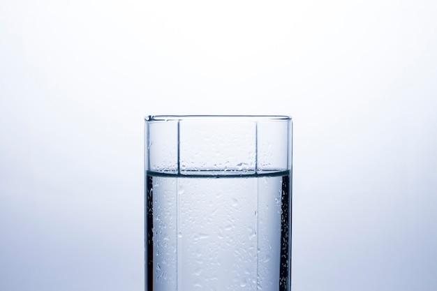 きれいなさわやかな水のコップ。の