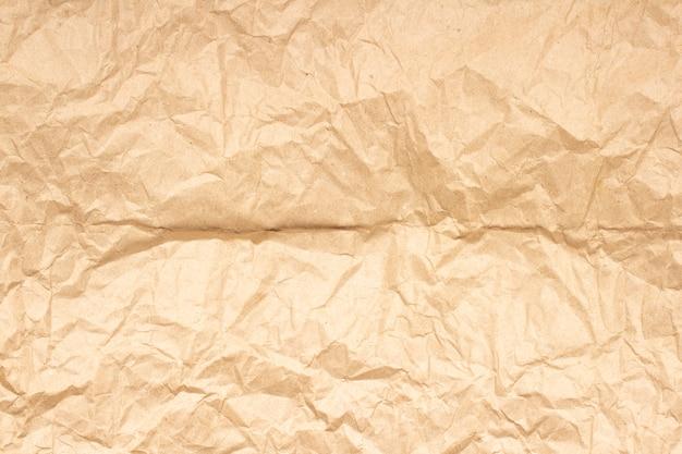 Мятая текстура коричневой крафт-бумаги
