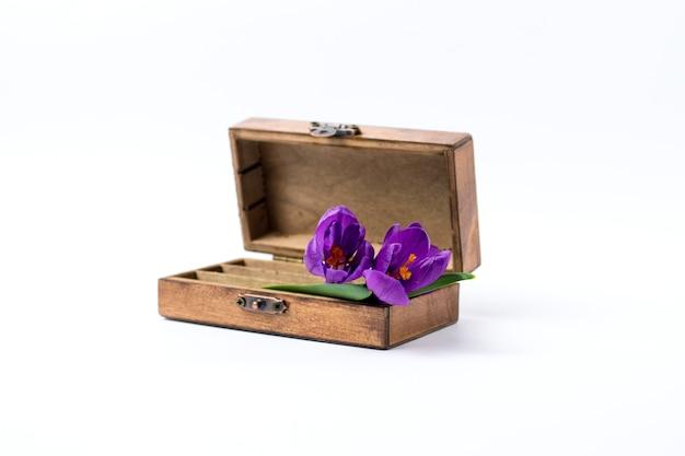 木製ヴィンテージ、白地にライラックの春の花