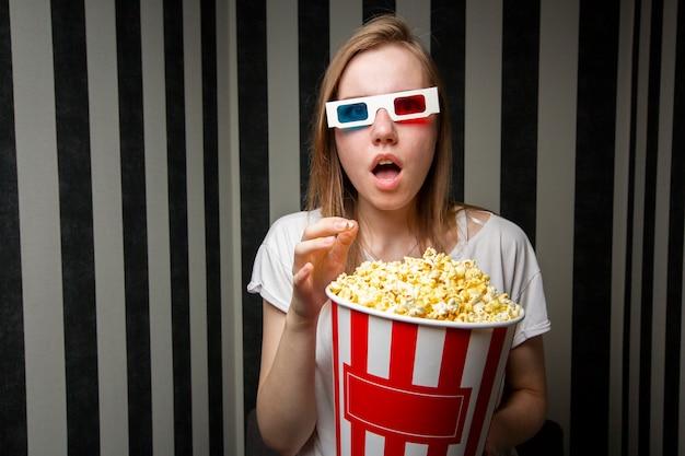 映画を見ているとポップコーンを食べる少女